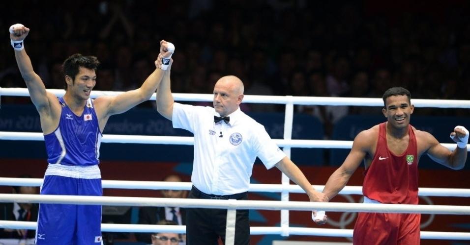 Momento em que o japonês Ryota Murata é decretado campeão, e o brasileiro Esquiva Falcão, vice, da categoria até 75 kg em Londres