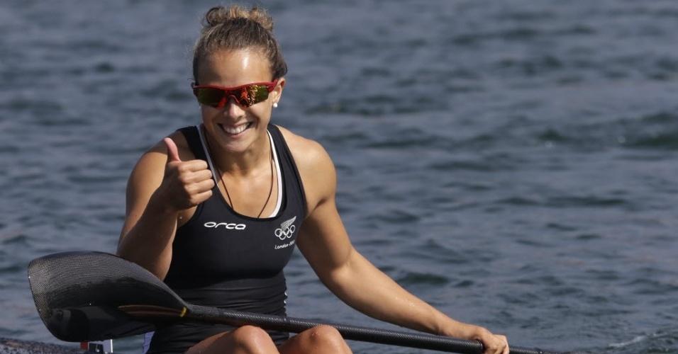 Neozelandesa Lisa Carrington acena após conquistar medalha de ouro no caiaque individual feminino