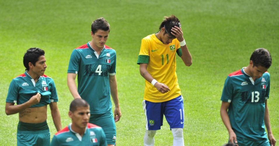Neymar deixa gramado após término do primeiro tempo da decisão entre Brasil e México