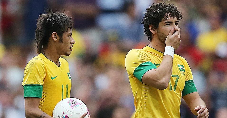 Neymar e Alexandre Pato reagem após segundo gol mexicano na final dos Jogos Olímpicos