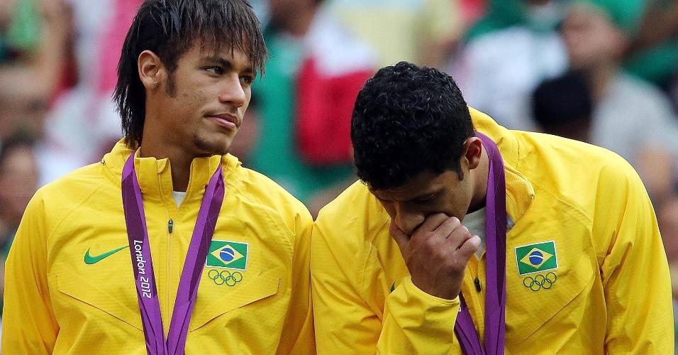 Neymar e Hulk posam com a medalha de prata no peito após a derrota para o México na final dos Jogos Olímpicos de Londres