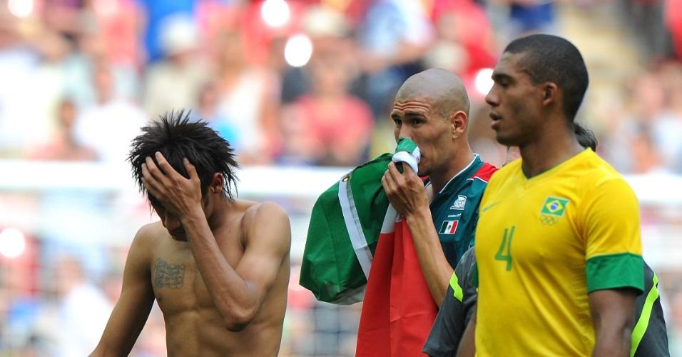 Neymar e Juan deixam campo após derrota brasileira para o México