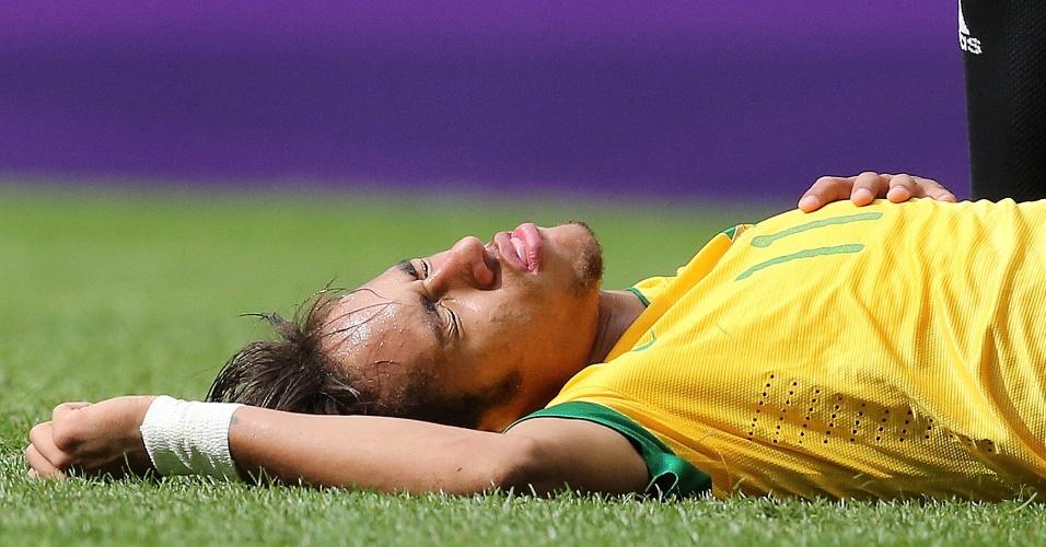 Neymar fica caído após pedir falta em lance do primeiro tempo da partida contra o México