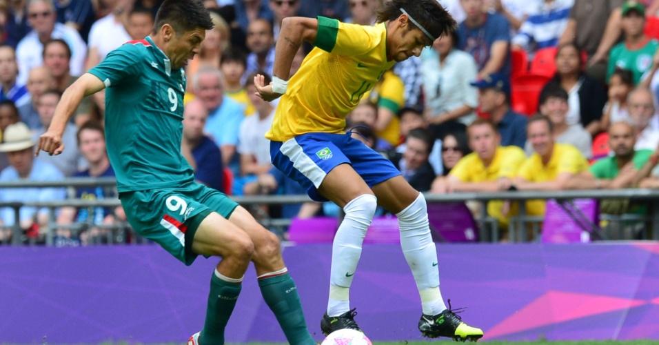 Neymar tenta passar por defensor mexicano em final dos Jogos Olímpicos