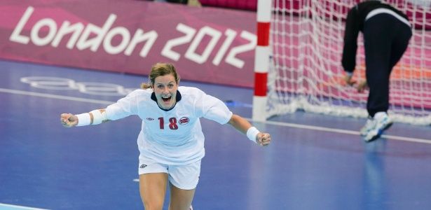 Norueguesa Linn-Kristin Koren comemora gol na final olímpica contra Montenegro