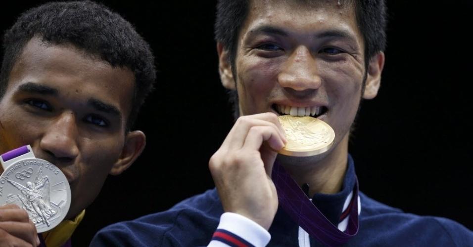 O japonês Ryota Murata morde a medalha de ouro, enquanto o brasileiro Esquiva Falcão beija a medalha de prata da categoria até 75 kg em Londres