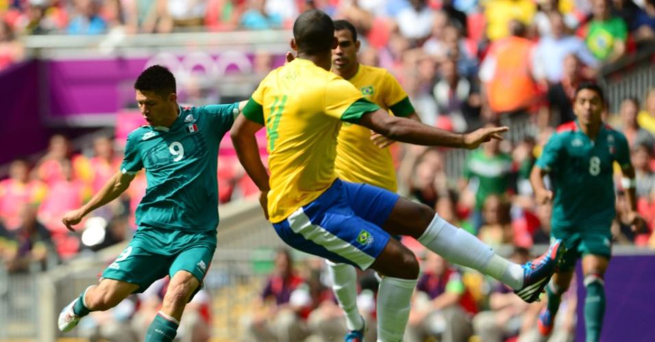 Observado por Sandro e Juan, Peralta chuta para abrir o placar para o México sobre o Brasil com menos de um minuto de jogo