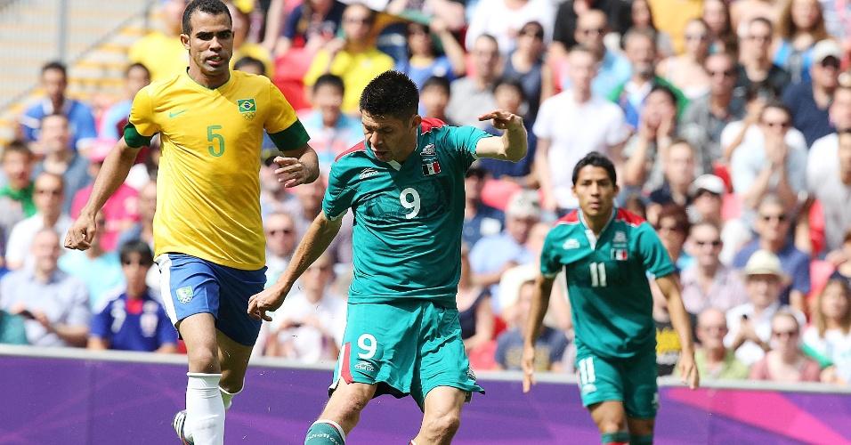 Peralta chuta para abrir o placar para o México sobre o Brasil com menos de um minuto de jogo