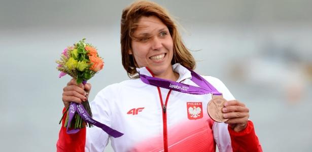 Polonesa Zofia Noceti-Klepacka mostra a medalha de bronze conquistada por ela na classe RS:X da vela