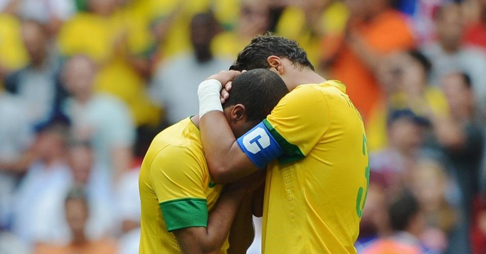 Rômulo é consolado por Thiago Silva após derrota do Brasil para o México na final da Olimpíada