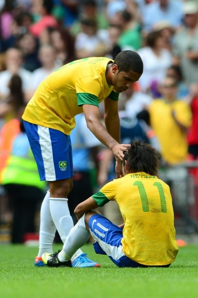 Rômulo tenta confortar Neymar após derrota do Brasil para o México