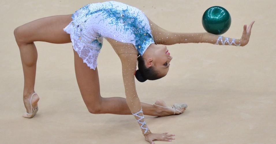 Russa Daria Dmitrieva se apresenta com a bola na final individual de ginástica rítmica