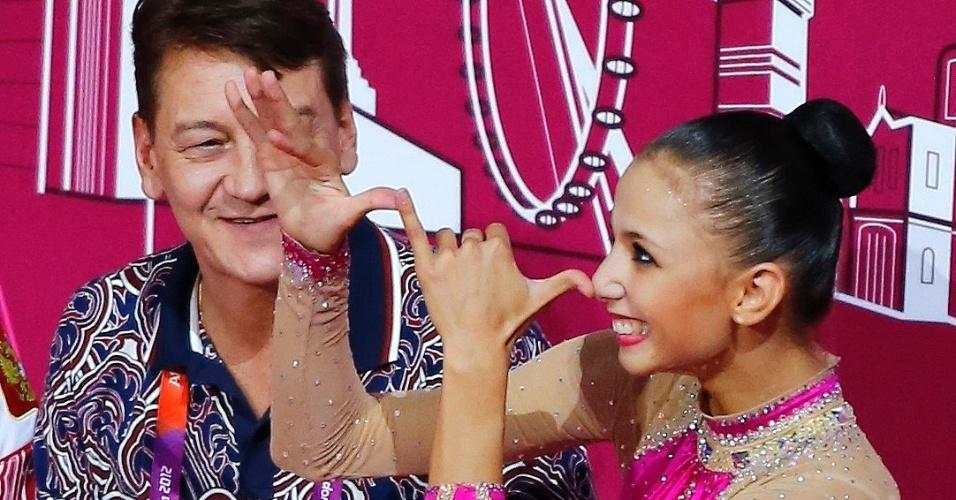 Russa Daria Dmitrieva se diverte ao ver sua nota e confirmar a medalha de prata da ginástica rítmica