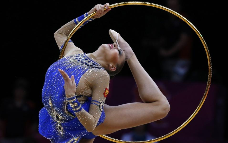 Russa Evgeniya Kanaeva se apresenta com o arco na final deste sábado; ela conquistou o bicampeonato olímpico