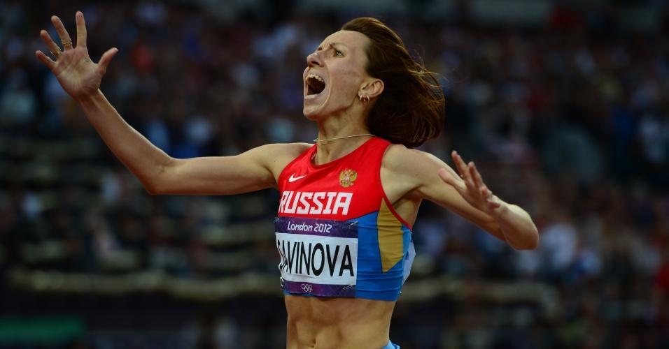 Russa Mariya Savinova comemora após vencer final dos 800 m livres em Londres