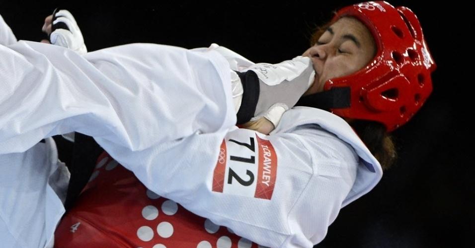 Samoana Talitiga Crawley leva chute na cara durante derrota para a sérvia Milica Mandic na categoria acima de 67 kg no taekwondo
