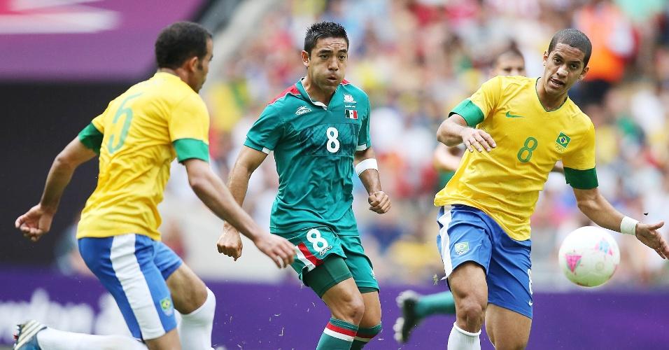 Sandro e Rômulo cercam jogador mexicano na final entre Brasil e México no estádio de Wembley