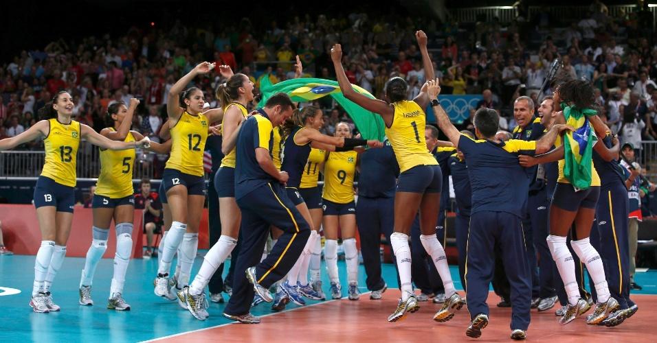 Seleção brasileira de vôlei feminino comemora medalha de ouro conquistada neste sábado (11/08)