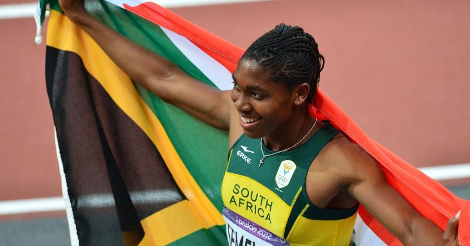 Sul-africana Caster Semenya exibe bandeira de seu país após conquistar a prata nos 800 m rasos em Londres