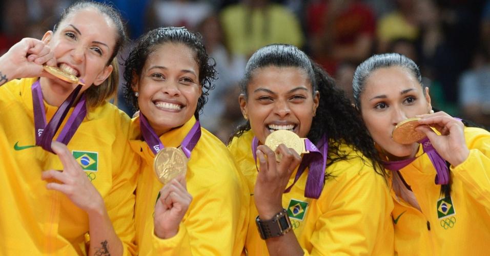 Thaísa, Adenízia, Fernanda Garay e Jaqueline exibem medalha de ouro no pódio em Londres