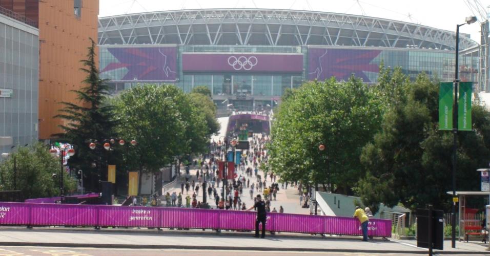 Torcedores chegam ao estádio de Wembley para final do futebol masculino entre Brasil e México