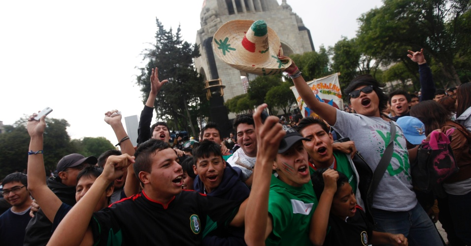 Torcedores festejam na Cidade do México título inédito do futebol masculino na Olimpíada sobre o Brasil