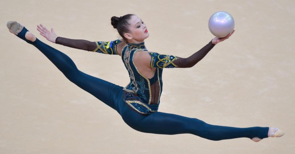 Ucraniana Alina Maksymenko usou uma roupa pouco comum em sua série de bola, com calças