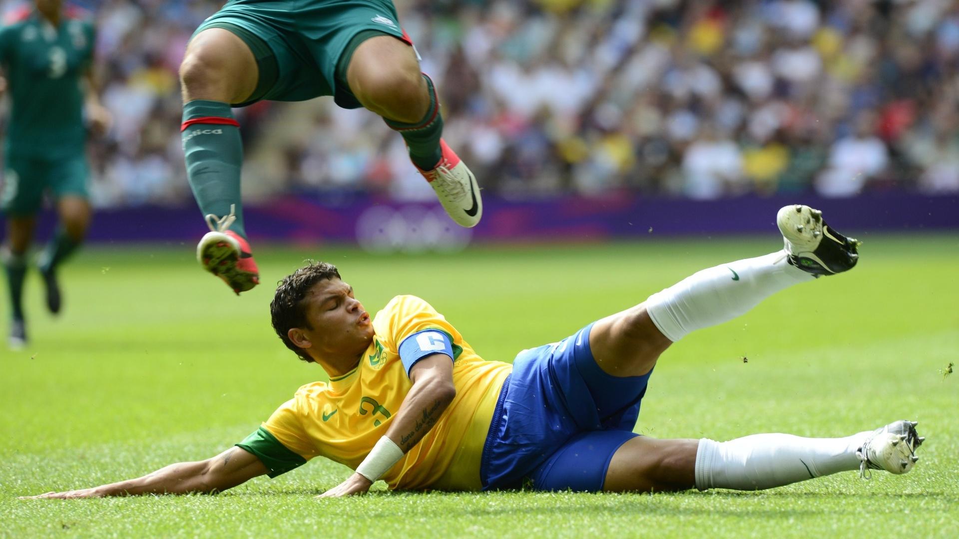 Zagueiro Thiago Silva chega duro em cima de atacante mexicano