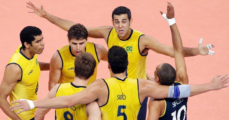 Atletas brasileiros comemoram pontos na decisão da medalha de ouro olímpica contra a Rússia