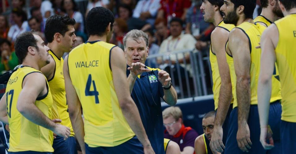Bernardinho conversa com atletas brasileiros durante tempo técnico da final contra a Rússia