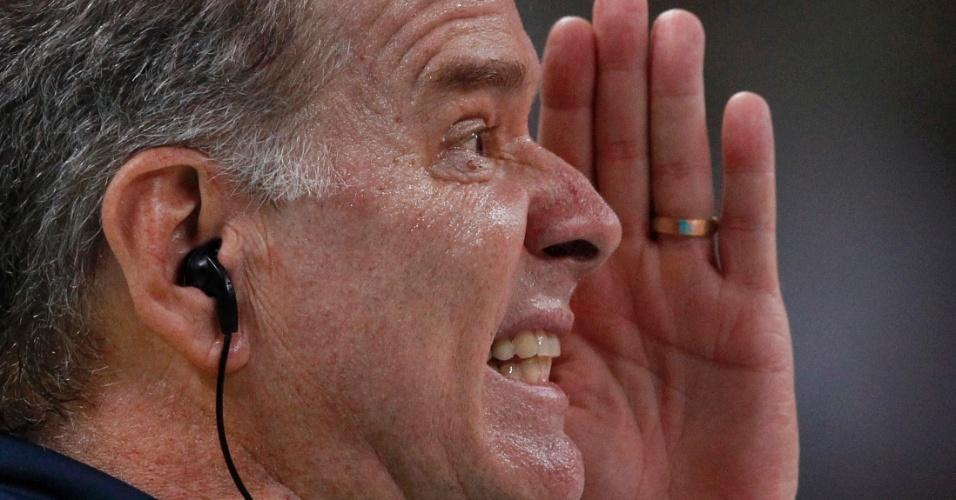 Bernardinho passa instruções para time brasileiro em decisão do ouro do vôlei masculino contra a Rússia