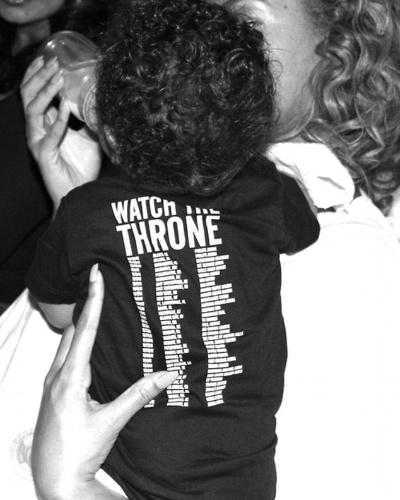 Beyonce aparece em foto dando mamadeira a filha, Blue Ivy Carter