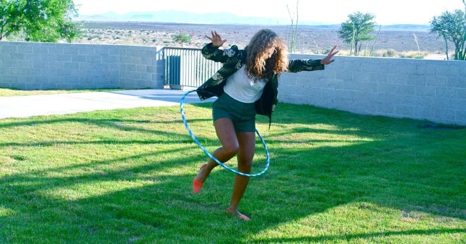 Beyoncé divulgou algumas fotos pessoais em seu Tumblr. Na imagem a cantora brinca com um bambolê
