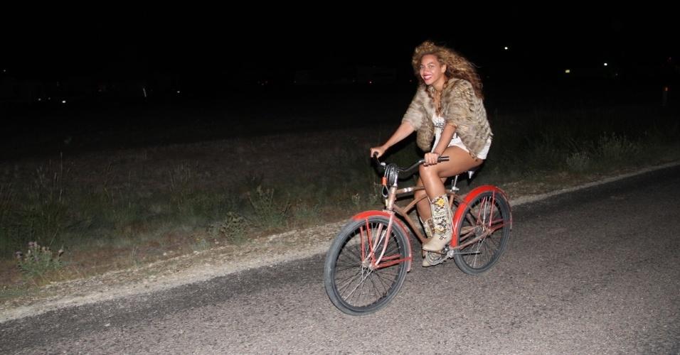 Beyoncé pedala em estrada em momento de descanso de sua turnê. A cantora divulgou algumas fotos pessoais em seu Tumblr