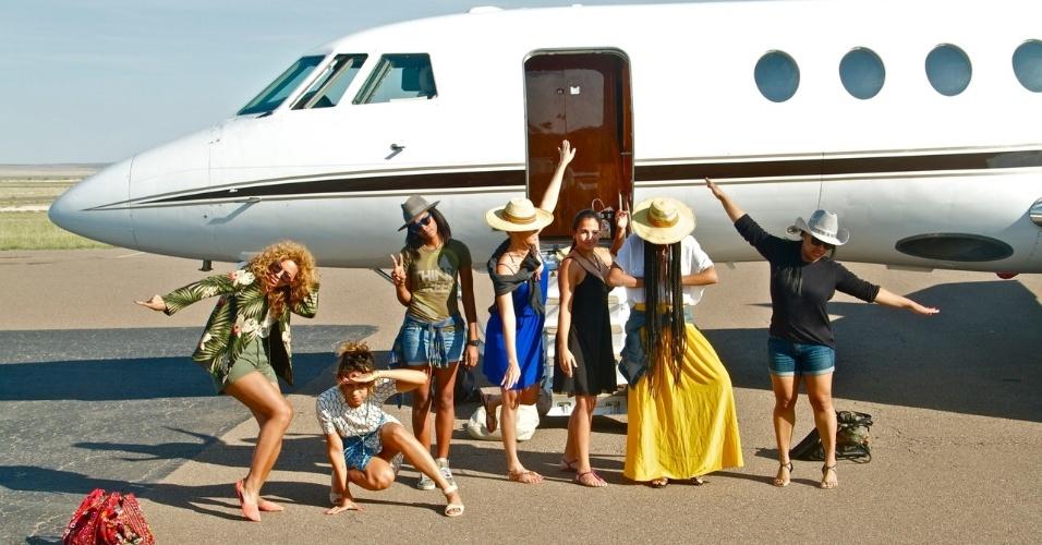 Beyoncé publica foto com amigas em frente a jatinho em seu Tumblr