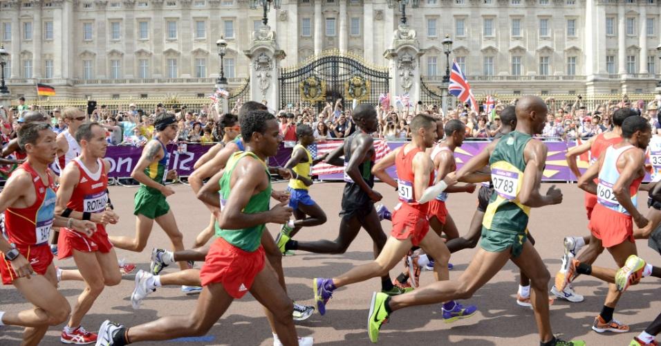 Brasileiro Franck Caldeira é fotografado no meio de pelotão intermediário durante maratona olímpica