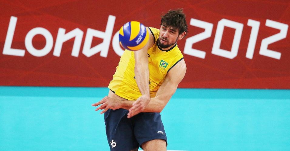 Brasileiro Lucão tenta um saque forçado em lance da final olímpica contra a Rússia