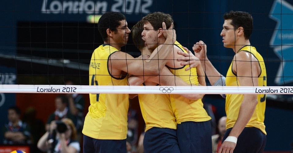 Brasileiros comemoram um ponto na final masculina de vôlei contra a Rússia