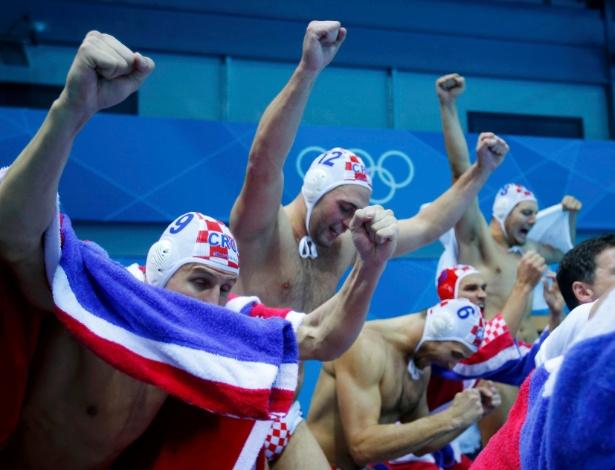 Croatas comemoram vitória sobre a Itália na final olímpica do polo aquático