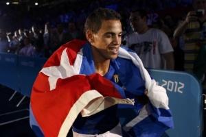 Cubano Robeisy Ramirez Carrazana comemora a medalha de ouro no boxe, na categoria mosca