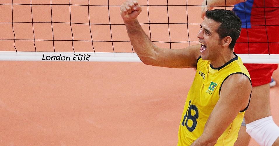 Dante comemora ponto brasileiro na decisão do ouro olímpico contra a Rússia