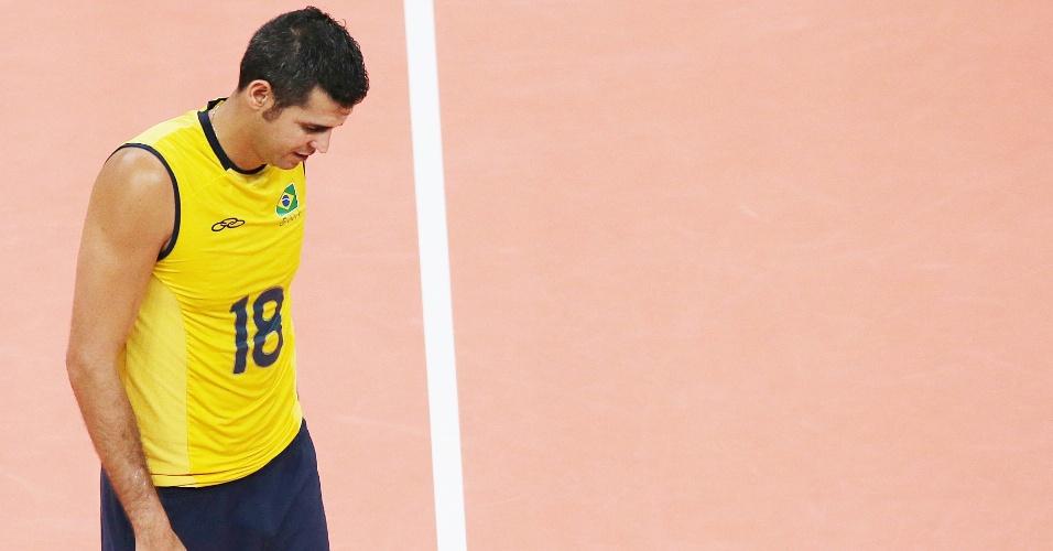 Dante deixa quadra cabisbaixo após derrota de virada do Brasil para a Rússia