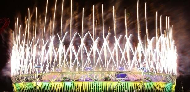 Fogos de artifício marcam o término da cerimônia de encerramento dos Jogos Olímpicos de Londres