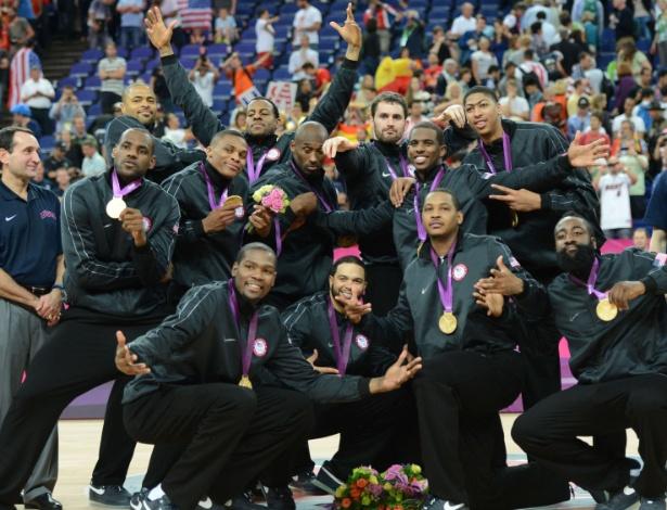 Jogadores dos EUA comemoram com a medalha de ouro no peito