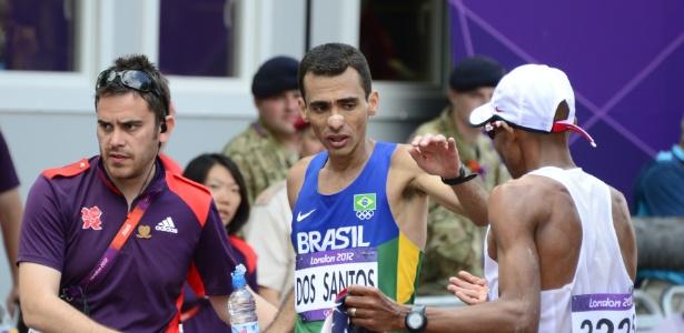 Marilson dos Santos cumprimenta adversário norte-americano após completar maratona