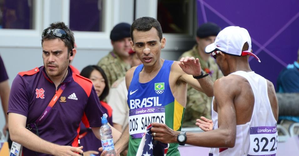 Marilson dos Santos cumprimenta adversário norte-americano após completar maratona em Londres