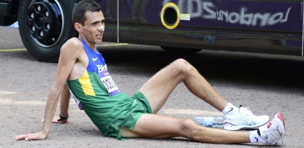 Marílson dos Santos fica no chão após fim da maratona em Londres