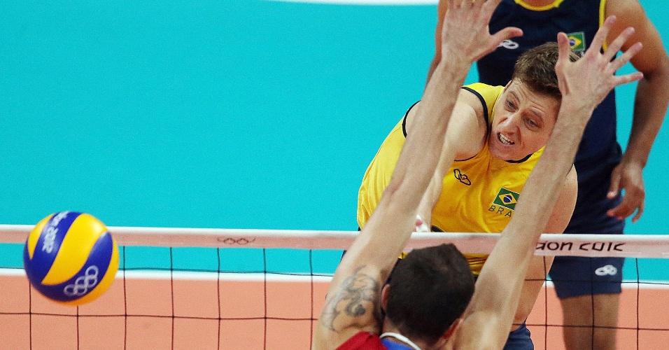Murilo encara o bloqueio simples de Volkov na final do vôlei entre Brasil e Rússia