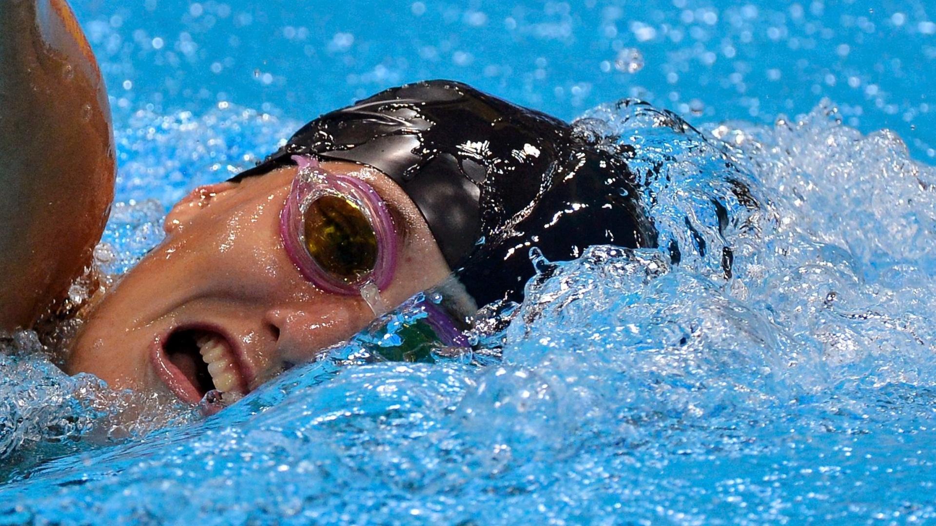 Norte-americana Suzanne Stettinius compete nos 200 m livre de natação, segunda prova do pentatlo