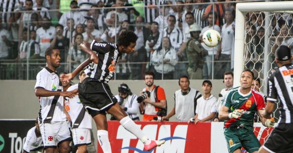 O atacante Jô aproveitou cruzamento de Ronaldinho e marcou o único gol da vitória do Atlético-MG sobre o Vasco